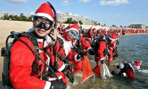 санта клаусы японии очистили пляжи в водолазных костюмах