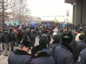 У здания парламента Крыма происходят столкновения митингующих, есть пострадавшие (видео)