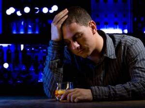 Пьющие люди чаще страдают от переедания