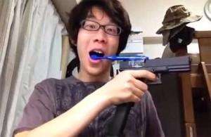 Японец показал, как эффективно почистить зубы пистолетом