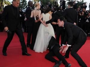 украинский журналист залез под юбку знаменитой актрисы