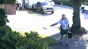 Камера наблюдения запечатлела, как мэр городка подбрасывает соседу собачьи экскременты