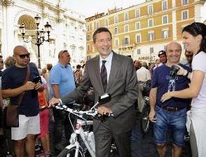 Мэр Рима проезжает на велосипеде 50 км в день