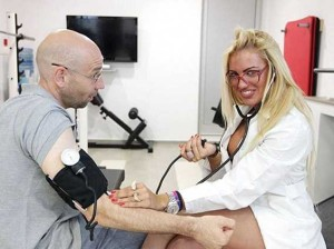 Победившая на конкурсе бикини врач-кардиолог собирает очереди у своего кабинета