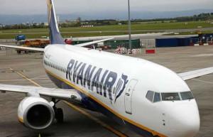 Пьяный пассажир пытался выйти из самолета, перепутав дверь заднего выхода с туалетом