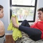Безрукие мать с сыном научились делать все своими ногами