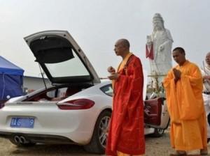 В Китае буддистские монахи за деньги благословили спорткар Porsche