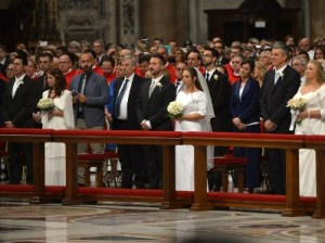Папа Франциск обвенчал женщину с внебрачным ребенком