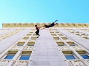 Порхающие танцоры исполнили вальс на фасаде здания городского совета