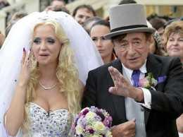 Отвергнувший Кардашьян 81-летний миллиардер женился на 24-летней модели Playboy