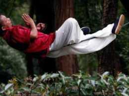 Мастер кунг-фу научился спать на одной веревке