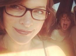 Мила Йовович показала веселый снимок с дочерью