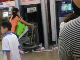 Посетительница ТЦ разорвала банкомат, не выдавший ей деньги