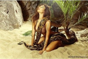 Алена Водонаева показала эротическое фото со змеей