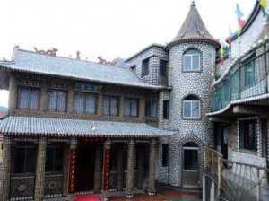 За два года китаец превратил свой дом в дворец Нептуна