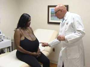 Хирурги четыре часа избавляли женщину от 14-килограммовой груди