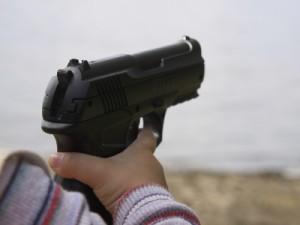 Пистолет в руках ребенка