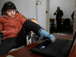 Парализованная китаянка написала роман левой ногой