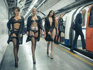 Секси девка в метро фото 413-671