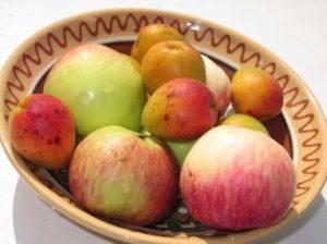 абрикосы и яблоки