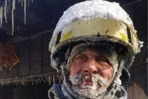 пожарный покрылся льдом