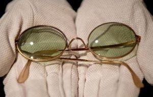 Ознаки, які вказують на те, що для читання вам потрібно придбати окуляри