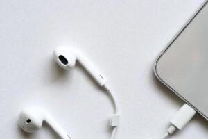 Чому ходити цілий день у навушниках небезпечно для здоров'я